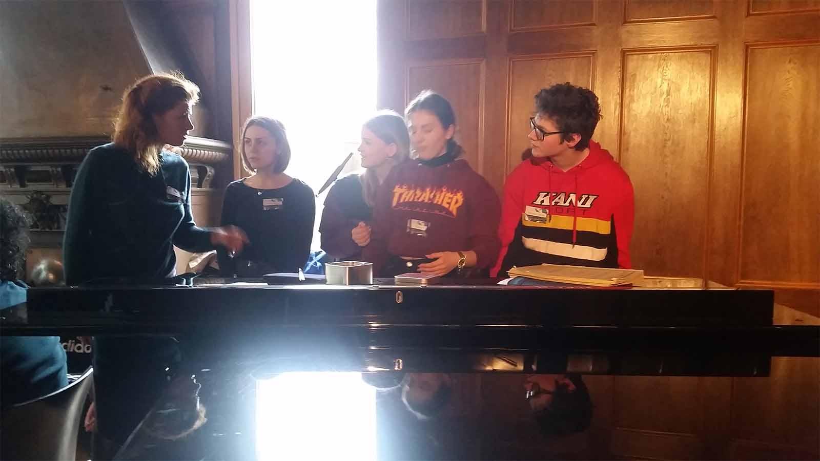 Musikvermittlung Lenka am Piano mit Schülerinnen und Schülern